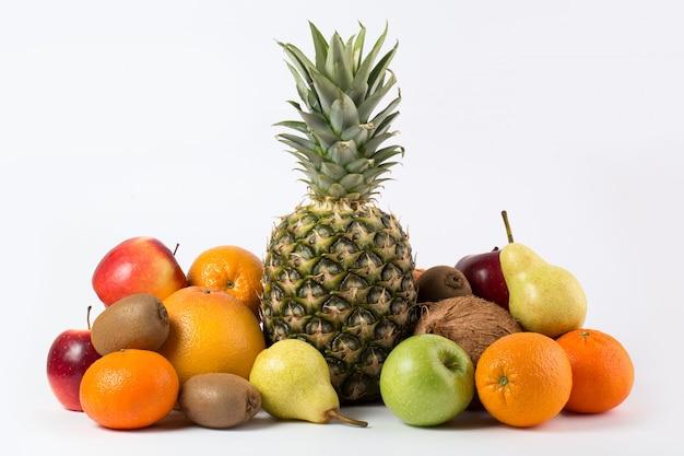 Kolorowych Owoc Smakowity świeży Dojrzały Soczysty Na Białym Biurku Darmowe Zdjęcia