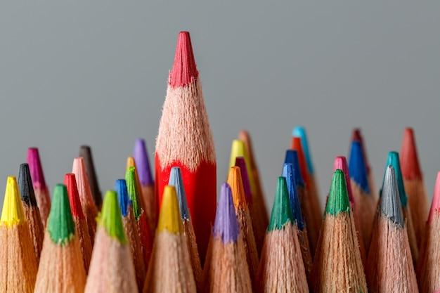 Koloru ołówki na popielatym tle. Premium Zdjęcia
