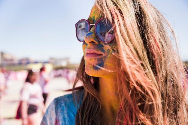 Kolory Holi Na Twarzy Kobiety W Okularach Przeciwsłonecznych Darmowe Zdjęcia