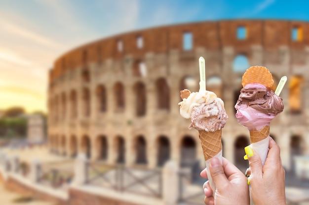 Koloseum W Rzymie Z Włoskimi Lodami W Rękach Premium Zdjęcia