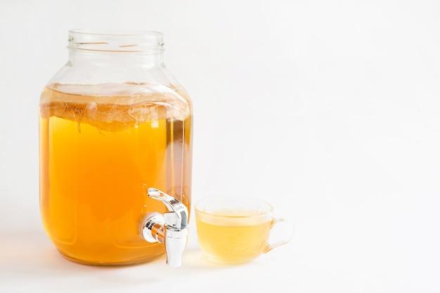 Kombucha, Napój Z Grzybów Herbacianych W Szklanym Słoiku Z Kranikiem Premium Zdjęcia