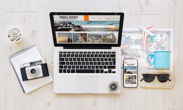 Komórka I Laptop Z Responsywną Stroną Internetową Biura Podróży Premium Zdjęcia
