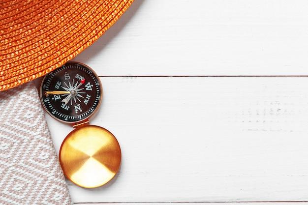Kompas na białym drewnianym stołowym tle Premium Zdjęcia