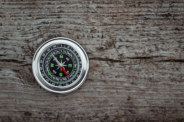 Kompas Na Białym Tle Na Drewniane Premium Zdjęcia
