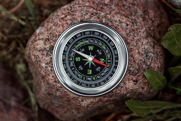 Kompas Na Białym Tle Na Kamieniu Premium Zdjęcia
