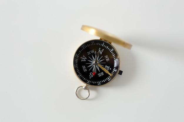 Kompas Na Białym Tle Premium Zdjęcia