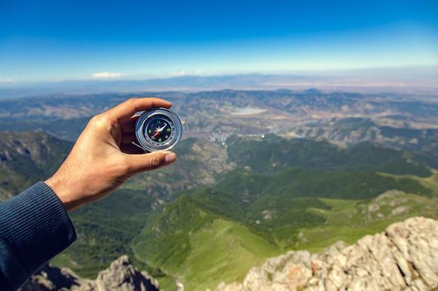 Kompas Ręka Człowieka W Tle Góry Premium Zdjęcia