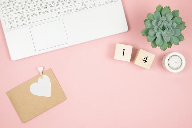 Kompozycja Na Walentynki Luty. Delikatna Różowa Powierzchnia, Laptop I Kosmetyki. Kartka Z życzeniami. Leżał Płasko, Widok Z Góry, Miejsce. Premium Zdjęcia