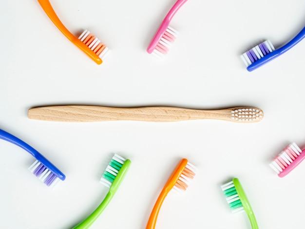 Kompozycja płasko świeckich ręcznych szczoteczek do zębów na tle Darmowe Zdjęcia