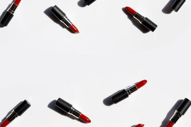 Kompozycja Płasko świeckich, Szminki Na Białym Tle Z Cieniem. Koncepcja Pięknego Makijażu Premium Zdjęcia