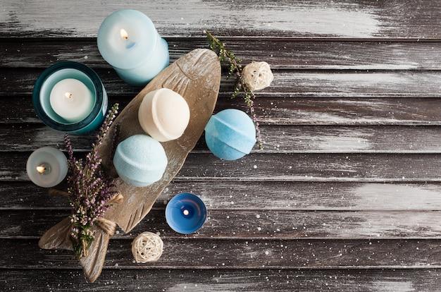 Kompozycja Spa Z Niebieskimi Waniliowymi Bombami Do Kąpieli, Kwiatami Wrzosu Premium Zdjęcia