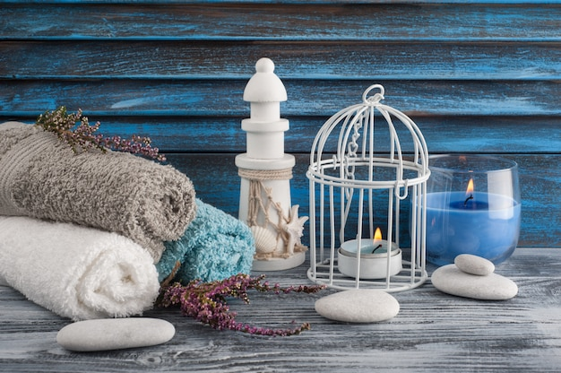 Kompozycja Spa Ze świecami, Kwiatami Wrzosu Premium Zdjęcia