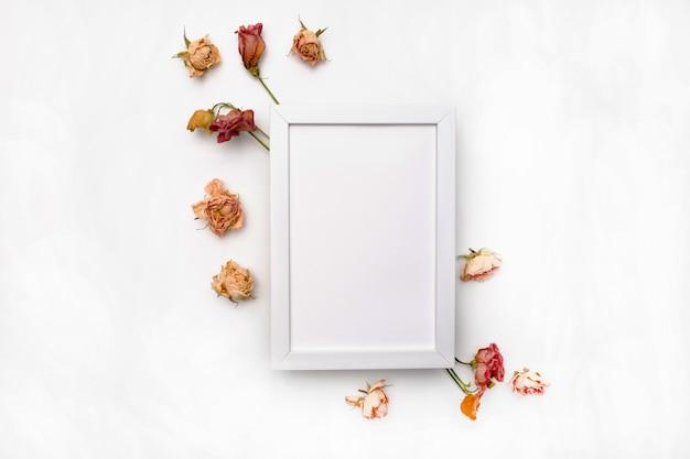 Kompozycja Suszonych Kwiatów. Rama Wykonana Z Suszonej Róży. Leżał Z Płaskim, Widok Z Góry Jesienny Kwiatowy Wzór Premium Zdjęcia