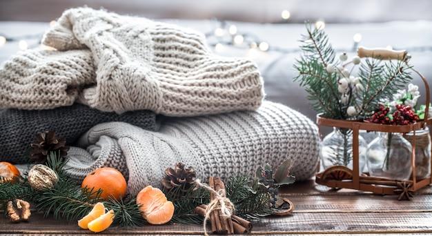 Kompozycja świąteczna Z Gałęzi Choinki, Owoców I Szyszek Sosny Premium Zdjęcia