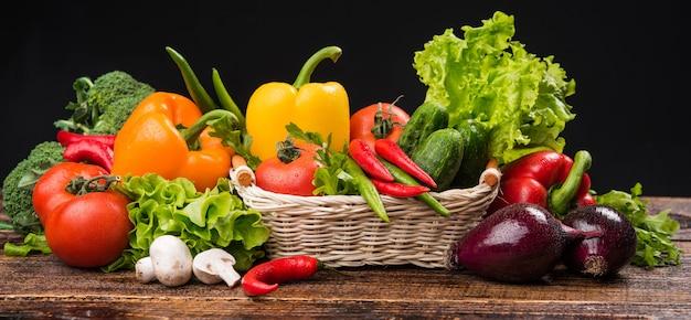 Kompozycja Z Bukietem Surowych Organicznych Warzyw Premium Zdjęcia