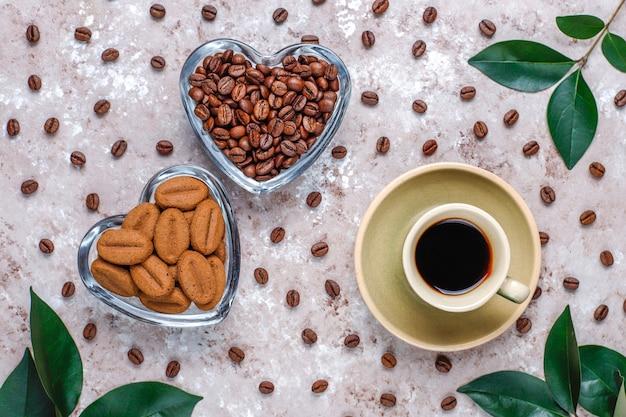 Kompozycja Z Palonych Ziaren Kawy I Ciasteczek W Kształcie Ziaren Kawy Darmowe Zdjęcia
