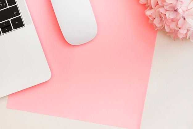 Komputerowa Mysz I Laptop Obok Kwiatów Darmowe Zdjęcia
