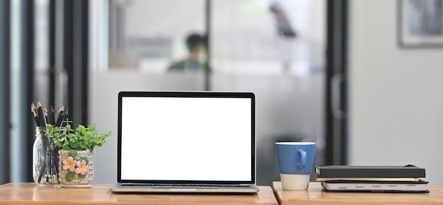 Komputerowy Laptop Stawia Na Drewnianym Biurku W Otoczeniu Sprzętu Biurowego. Premium Zdjęcia