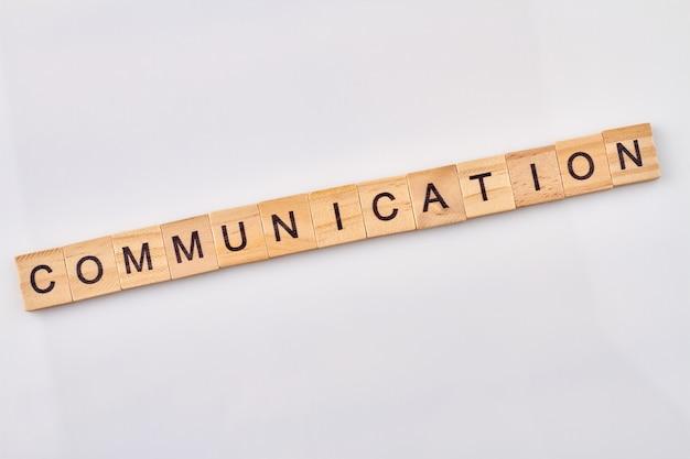 Komunikacja Jest Pojęciem Abstrakcyjnym. Drewniane Klocki Z Literami Na Białym Tle. Premium Zdjęcia