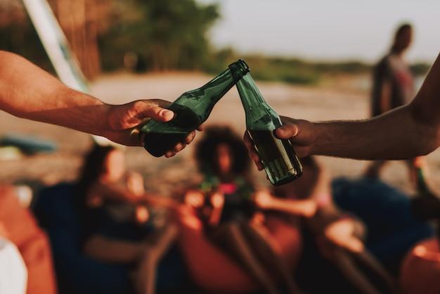 Koncepcja Beach Party. Młoda Firma Pije Piwo. Premium Zdjęcia