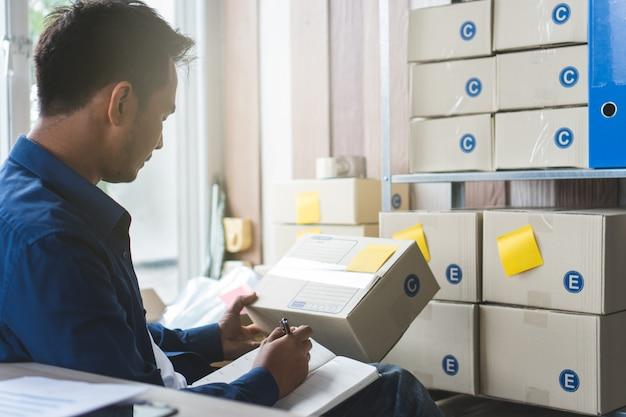 Koncepcja Biznesowa E Commerce. Tylny Widok Sprawdzania Właściciela Firmy Zamówiony Od Klienta Premium Zdjęcia