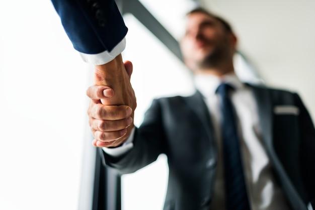 Koncepcja biznesowa handshake mężczyzn Darmowe Zdjęcia