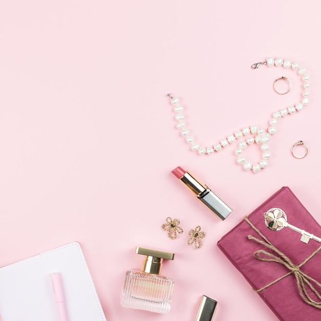 Koncepcja Blogu Piękności. Akcesoria, Kwiaty, Kosmetyki I Biżuteria Na Różowym Tle, Lato. Koncepcja Dzień Kobiet Premium Zdjęcia