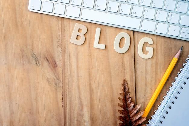 Koncepcja Blogu Z Drewnianym Stole Roboczym I Dostaw. Premium Zdjęcia