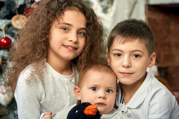 Koncepcja bożego narodzenia i dzieci czekają na cud. Premium Zdjęcia