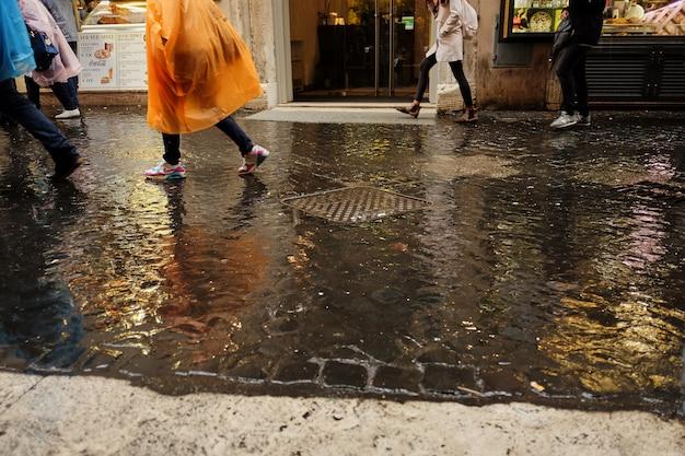 Koncepcja deszcz. parasol z bliska na drodze deszczowej Premium Zdjęcia