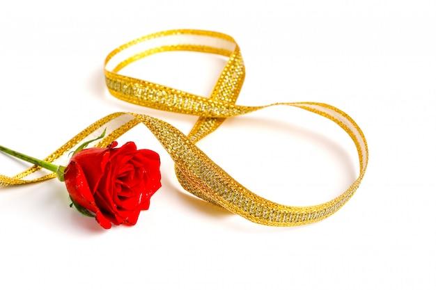 Koncepcja Dzień Matki, Czerwona Róża I Złota Wstążka Premium Zdjęcia