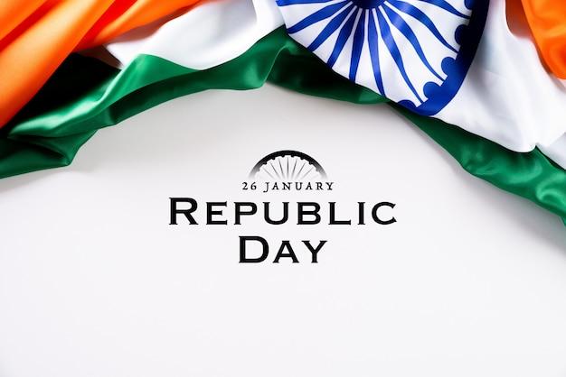 Koncepcja Dzień Republiki Indii. Indianin Flaga Przeciw Białemu Tłu Premium Zdjęcia