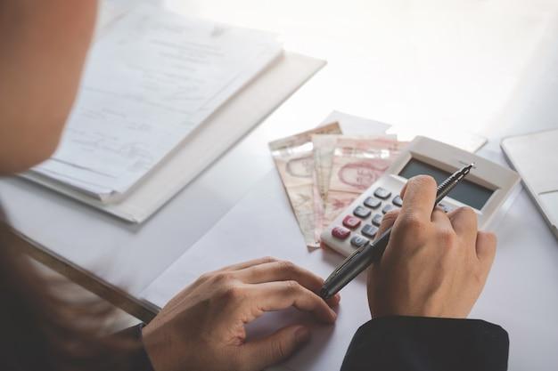 Koncepcja Finansów I Rachunkowości. Biznes Kobieta Pracuje Na Biurku Darmowe Zdjęcia