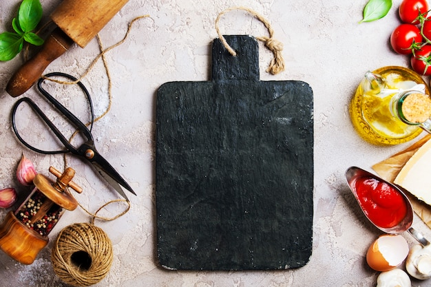 Koncepcja Gotowania, Przybory Kuchenne I Czarna Deska Do Krojenia Premium Zdjęcia