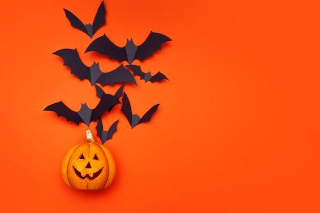 Koncepcja Halloween, Rój Nietoperzy I Latarnia Z Dyni Premium Zdjęcia