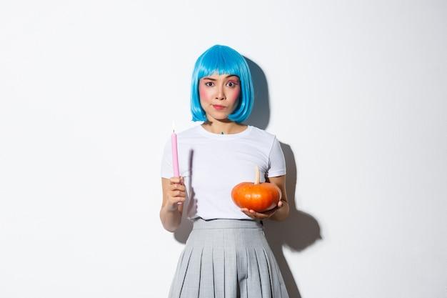 Koncepcja Halloween. Wizerunek Atrakcyjnej Sceptycznej Azjatyckiej Dziewczyny W Niebieskiej Peruce Darmowe Zdjęcia