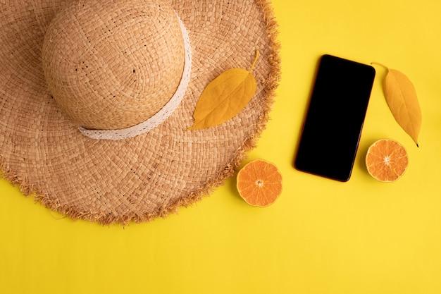 Koncepcja Lata Na żółtym Tle, Pusty Ekran Smartfona Premium Zdjęcia