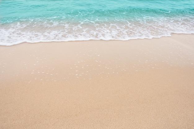 Koncepcja Lato Plaża - Miękka Fala Morza Na Pustej ścianie Piaszczystej Plaży Z Miejsca Kopiowania Premium Zdjęcia
