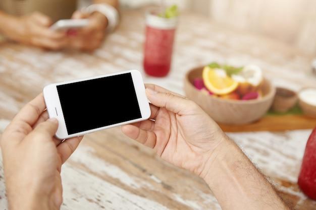 Koncepcja Ludzi, Stylu życia I Nowoczesnych Technologii. Bliska Strzał Rąk Mężczyzny Z Ogólny Inteligentny Telefon Darmowe Zdjęcia
