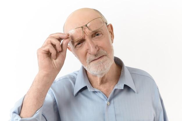 Koncepcja Ludzie, Starzenie Się, Okulary, Wizja I Optyka. Poziomy Obraz Dalekowzrocznego Starszego Mężczyzny Z Białą Brodą, Zdejmującego Okulary I Marszczącego Brwi, Aby Wyraźnie Zobaczyć, Co Jest Przed Nim Darmowe Zdjęcia