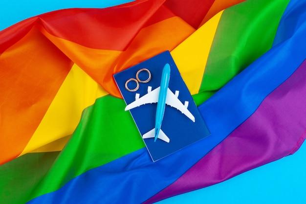 Koncepcja małżeństwa gejów z tęczową flagą i pierścienie Premium Zdjęcia