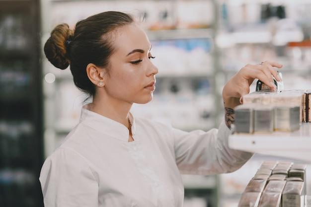Koncepcja Medycyny, Farmacji, Opieki Zdrowotnej I Ludzi. Farmaceuta Bierze Leki Z Półki. Darmowe Zdjęcia
