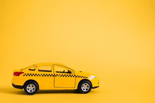 Koncepcja Miejskiej Taksówki I Usługi Dostawy. Zabawka żółty Model Samochodu Taxi Premium Zdjęcia