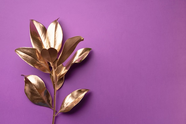 Koncepcja minimalistycznego stylu kwiatowy. egzotyczny trend letni. złote liście tropikalne i gałęzi Premium Zdjęcia