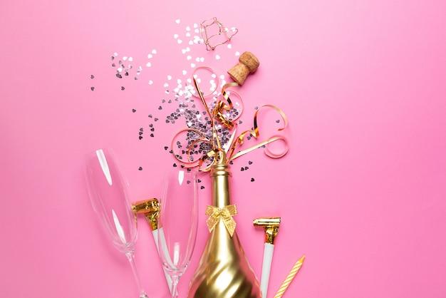 Koncepcja otwarcia drogiej złotej butelki szampana poświęconej uroczystości Premium Zdjęcia