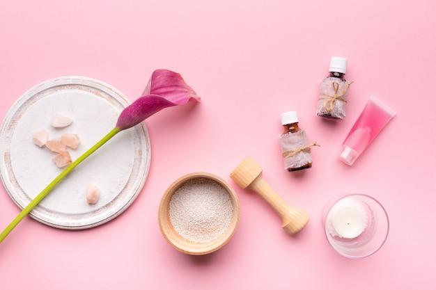 Koncepcja Pielęgnacji Skóry. Butelki O Aromatach I Kwiatach Premium Zdjęcia