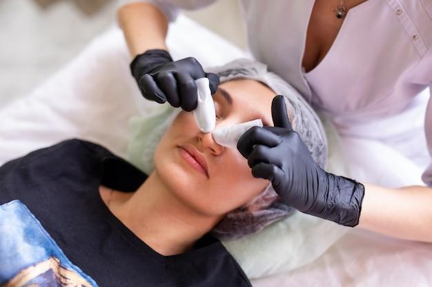 Koncepcja Pielęgnacji Skóry. Kobieta W Gabinecie Kosmetycznym Podczas Zabiegu Pielęgnacji Skóry Twarzy. Premium Zdjęcia