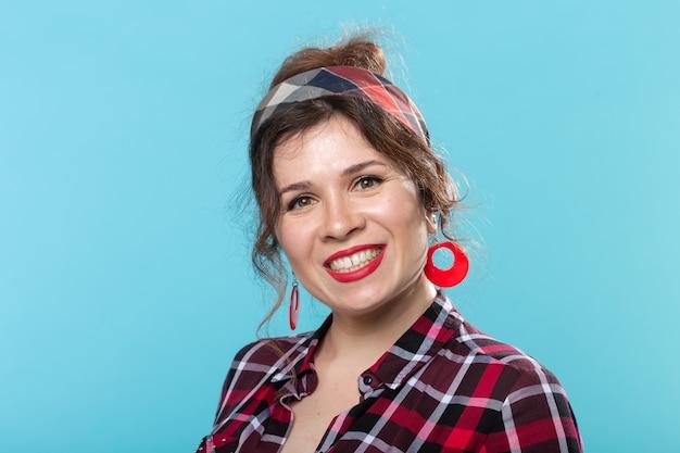 Koncepcja Pin-up, Model I Piękno - Młoda Kobieta W Stylu Pin-up Na Niebieskiej Powierzchni Premium Zdjęcia