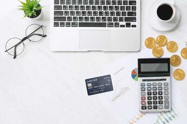 Koncepcja Płatności Online Kartą Kredytową Z Inteligentnego Telefonu, Laptopa Na Biurku Na Czystym Jasnym Marmurowym Tle Stołu Premium Zdjęcia