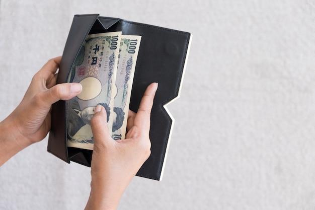 Koncepcja płatności zabiera japońskie pieniądze z portfela Premium Zdjęcia